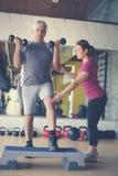 Esercizio di lavoro dell'istruttore personale con l'uomo senior Immagine Stock