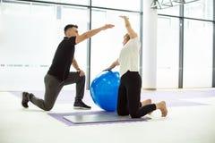 Esercizio di manifestazione dell'istruttore con la palla Fotografie Stock