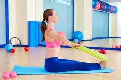 Esercizio di rematura dell'elastico della donna di Pilates Immagini Stock