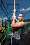 Esercizio di salita della corda di forma fisica nell'allenamento della palestra Fotografia Stock