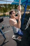 Esercizio di salita della corda di forma fisica nell'allenamento della palestra Fotografie Stock