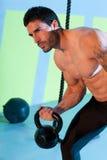 Esercizio di sollevamento di allenamento del kettlebell dell'uomo di Crossfit Fotografia Stock