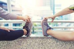 Esercizio di sport e concetto sano Riscaldamento della gente del primo piano prima dell'allenamento nella città Immagine Stock Libera da Diritti