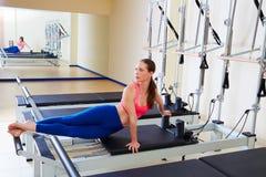 Esercizio di torsione del serpente della donna del riformatore di Pilates Immagine Stock Libera da Diritti
