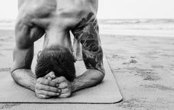 Esercizio di yoga che allunga estate di concentrazione di meditazione fotografia stock libera da diritti