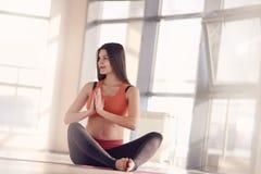 Esercizio di yoga della donna incinta di bellezza Fotografia Stock