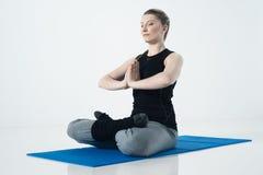 Esercizio di yoga della giovane donna Fotografia Stock
