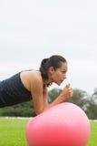 Esercizio di yoga della giovane donna sulla palla di misura Immagine Stock Libera da Diritti