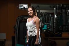 Esercizio facente femminile attraente della campana del bollitore Fotografie Stock