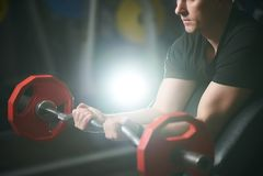 Esercizio facente maschio muscolare bello del bicipite Addestramento dell'uomo immagini stock