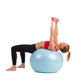 Esercizio femminile sulla palla di forma fisica con i pesi della mano Fotografie Stock