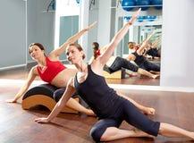 Esercizio laterale degli stretchs dei pilates della donna incinta Immagini Stock Libere da Diritti