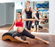 Esercizio laterale degli stretchs dei pilates della donna incinta Fotografie Stock Libere da Diritti