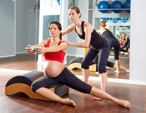 Esercizio laterale degli stretchs dei pilates della donna incinta Immagine Stock