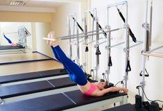 Esercizio lungo della spina dorsale della donna del riformatore di Pilates Immagini Stock