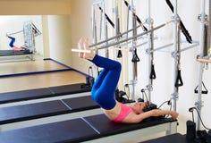 Esercizio lungo della spina dorsale della donna del riformatore di Pilates Immagine Stock Libera da Diritti