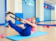Esercizio magico dell'anello di singolo allungamento della gamba della donna di Pilates Immagine Stock