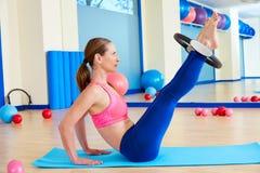 Esercizio magico dell'anello di torsione dell'anca della donna di Pilates Fotografia Stock