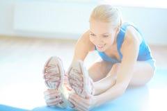 Esercizio per l'allungamento dei muscoli della gamba Fotografia Stock