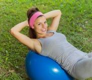Esercizio sano della giovane donna di forma fisica con la palla di Pilates all'aperto Immagini Stock Libere da Diritti