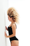 Esercizio sano delle donne di forma fisica in studio isolato Immagini Stock Libere da Diritti