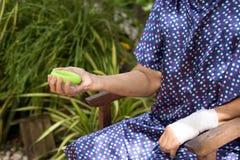 Esercizio senior della mano della donna con l'attrezzatura verde di allenamento del cerchio Immagine Stock Libera da Diritti