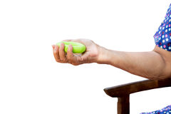 Esercizio senior della mano della donna con l'attrezzatura verde i di allenamento del cerchio Fotografie Stock