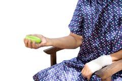 Esercizio senior della mano della donna con l'attrezzatura verde i di allenamento del cerchio Fotografia Stock Libera da Diritti