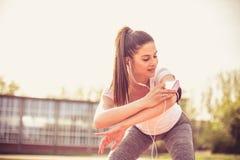 Esercizio sorridente della giovane donna fuori Fotografie Stock