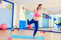 Esercizio stante dell'elastico della donna di Pilates Fotografia Stock
