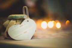 Eserdtse på papper med bandet på honungkrukan som binds med lin Royaltyfri Foto
