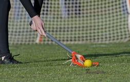 Esfera à terra do Lacrosse das meninas Fotografia de Stock