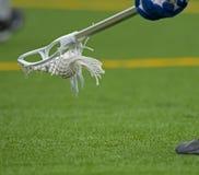 Esfera à terra do Lacrosse dos meninos Fotos de Stock Royalty Free