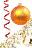 Esfera amarela de ano novo em um fundo de um ouropel 2 Imagem de Stock Royalty Free