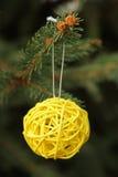 Esfera amarela decorativa na árvore de Natal Fotos de Stock Royalty Free