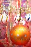 Esfera anaranjada y cinta celebradora 2 de la Navidad Imagen de archivo