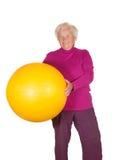 Esfera aposentada feliz da ginástica da terra arrendada da mulher imagens de stock royalty free