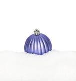 Esfera azul del Año Nuevo de la Navidad, bola que miente en la nieve blanca Foto de archivo libre de regalías