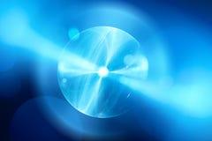 Esfera azul del plasma que brilla intensamente en fractal del espacio Imágenes de archivo libres de regalías