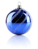 Esfera azul do feriado do Natal isolada Fotos de Stock Royalty Free