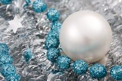 Esfera azul e de prata do Natal fotografia de stock