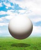 Esfera blanca sobre hierba Foto de archivo