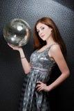 Esfera bonita do disco da terra arrendada da menina. Imagens de Stock