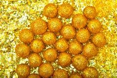Esfera brillante hecha de brillos de oro con las chispas y los resplandores Fotografía de archivo