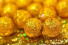 Esfera brillante hecha de brillos de oro con las chispas y los resplandores Imagenes de archivo