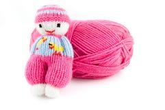 Esfera cor-de-rosa de lãs com a boneca feita malha selfmade Imagem de Stock