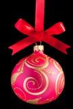 Esfera cor-de-rosa do Natal em uma fita imagem de stock royalty free