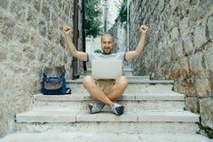 Esfera 3d diferente Homem do Freelancer e um viajante que trabalha em um lapt Imagens de Stock