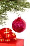 Esfera da caixa e do Natal de presente Foto de Stock Royalty Free