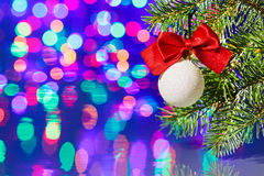 Esfera da decoração da árvore de Natal com filial spruce Foto de Stock